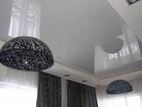 Современные глянцевые натяжные потолки