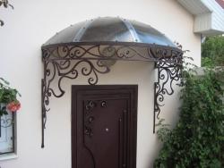 Кованый козырек для защиты крыльца вашего дома