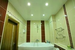 Гармония плитки и потолка в ванной