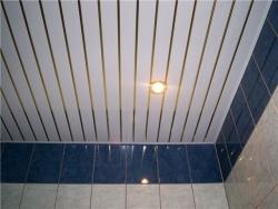 потолок в ванне из пластиковых панелей